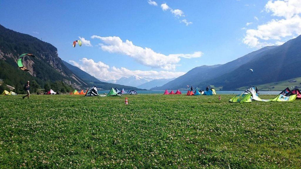 Dieses Bild hat ein leeres alt-Attribut; sein Dateiname ist reschen-kiten-lernen-kitesurfen-reschensee-kitewiese-1024x576-1024x576.jpg.