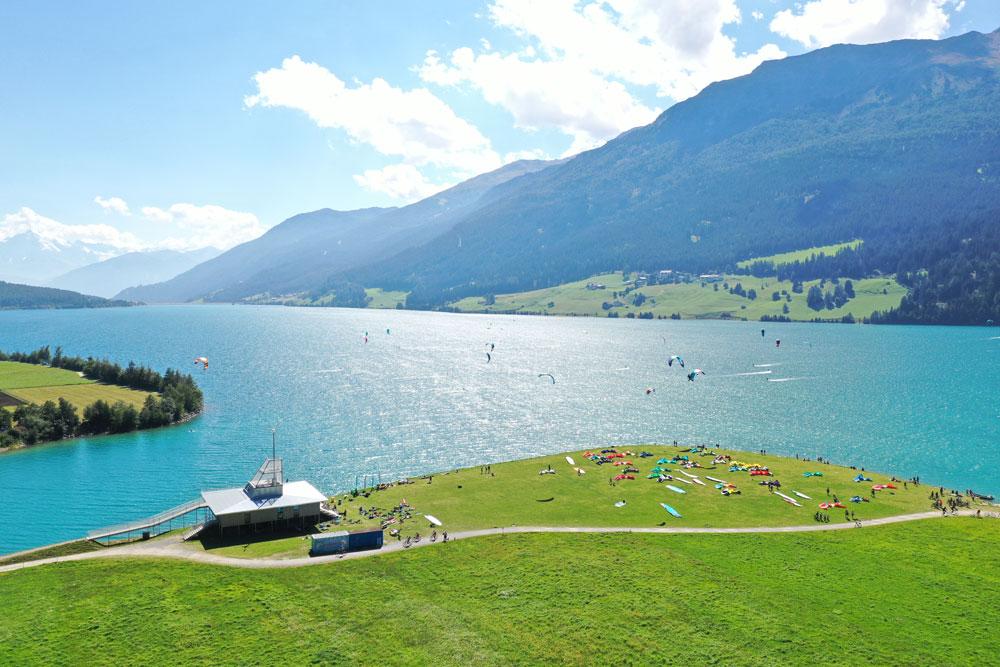 Dieses Bild hat ein leeres alt-Attribut; sein Dateiname ist Panorama-Reschensee-Wing-Foil-Schule-Österreich-Südtirol-DJI_0341.jpg.